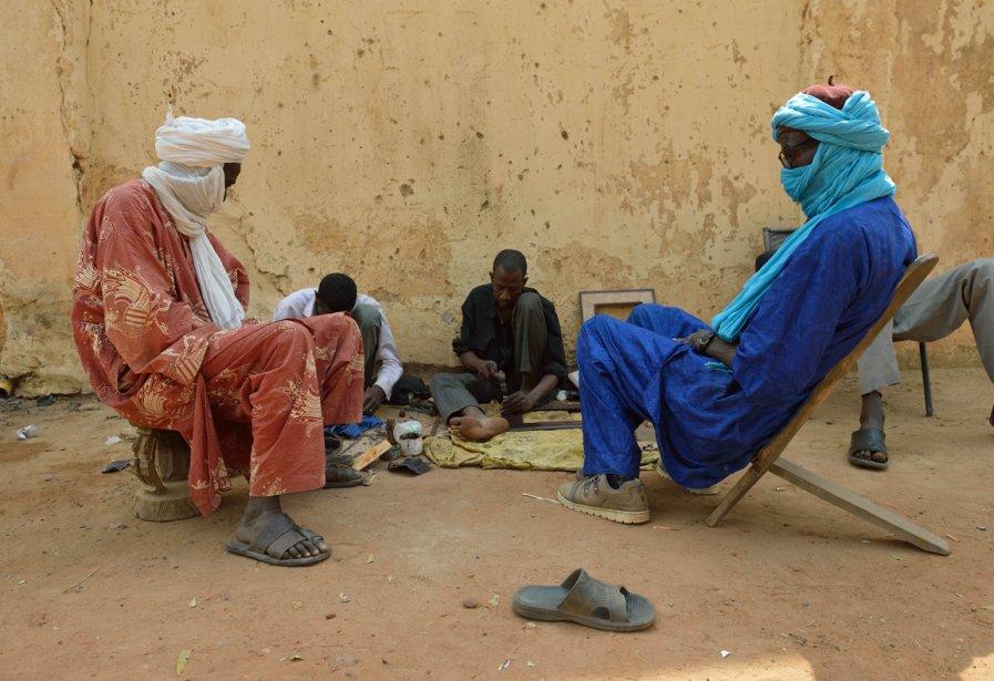 Moment de pause pour deux Touaregs à Bamako | 23 janvier 2013