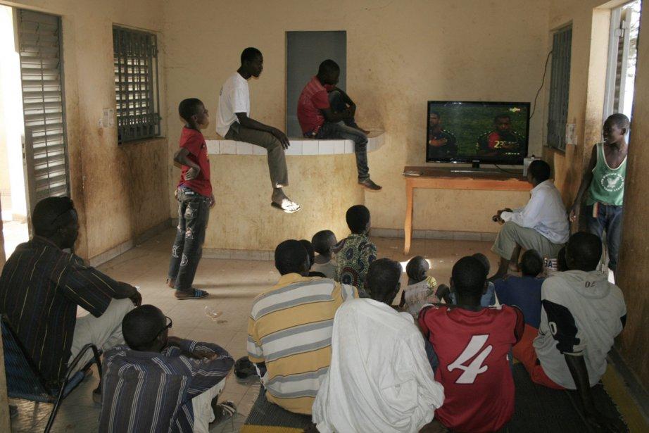 De jeunes Maliens regardent un match de soccer à la télévision. | 23 janvier 2013
