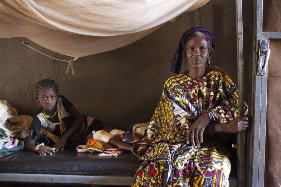 La jeune Coumba Bah et sa tante dans un hôpital de fortune de Niono. | 23 janvier 2013