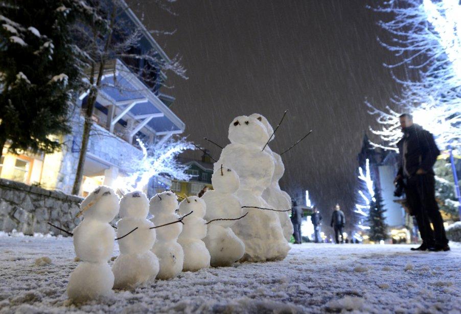 Bonhommes de neige dans une rue du village de Whistler. | 23 janvier 2013