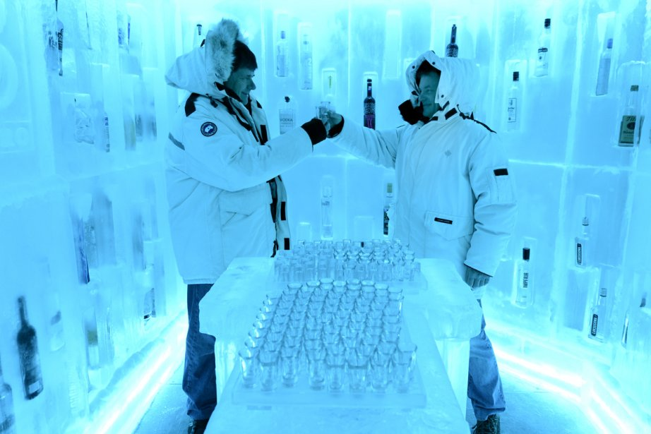 Le bar de glace de vodka du Bearfoot Bistro de l'hôtel Listel Whistler. Bernard Gendron et Mario Daniel trinquent un shooter à une température de -32 celsius. | 23 janvier 2013