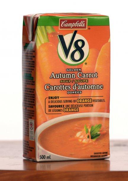 V8 de Campbell's: Carottes d'automne dorées. 2,50$ pour 500 ml. Note: 2/5  Le slogan affirme: «Savourez une délicieuse portion de légumes orange.» Pour être orange, ça l'est! Pour goûter la carotte? C'est moins évident. Cette soupe est extraordinairement sucrée - la faute en partie à l'ajout de jus concentré et de sucre - et laisse une sensation de gras désagréable en bouche. Ça goûte peut-être l'«orange». On aimerait que ça goûte davantage les légumes. | 23 janvier 2013