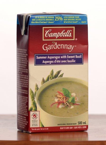 Gardenay de Campbell's: Asperges d'été avec basilic. 2,50$ pour 500 ml. Note: 1/5  Le carton annonce des asperges d'été, mais le goût se rapproche plutôt de celles en conserve, et le basilic n'est guère plus savoureux. La présence de beurre et le parmesan n'arrangent pas les choses, car ils rappellent surtout la poudre de lait. Un essai qu'on ne répétera pas. | 23 janvier 2013