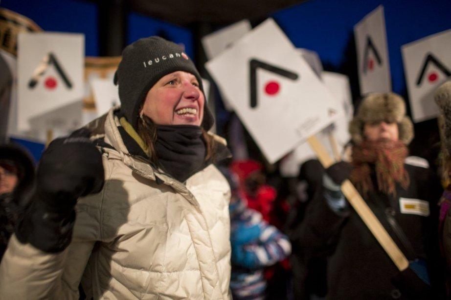 Des enseignants ont manifesté hier soir devant le... (Photo Olivier Pontbriand, La Presse)