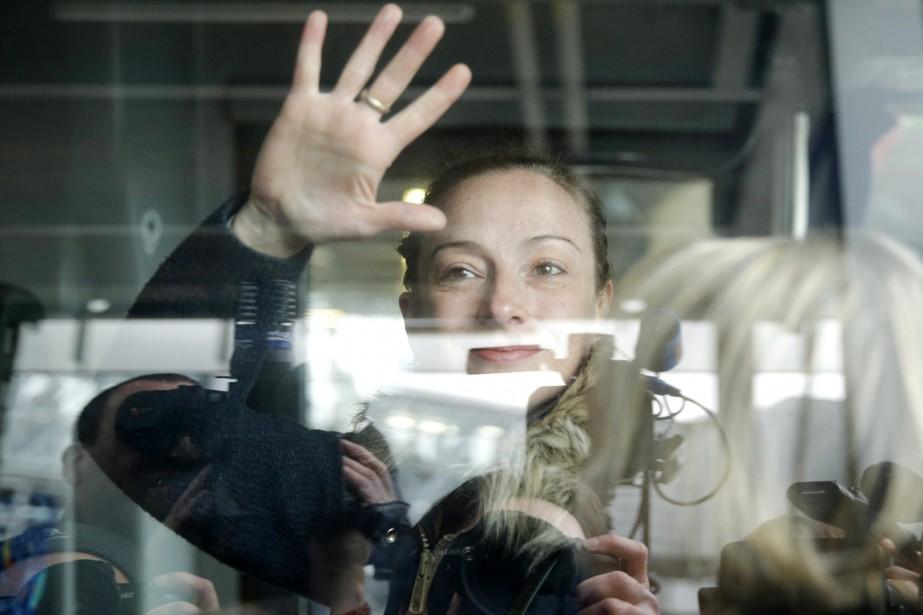 Florence Cassez à son arrivée à l'aéroport Charles... (PHOTO CHRISTIAN HARTMANN, ARCHIVES REUTERS)