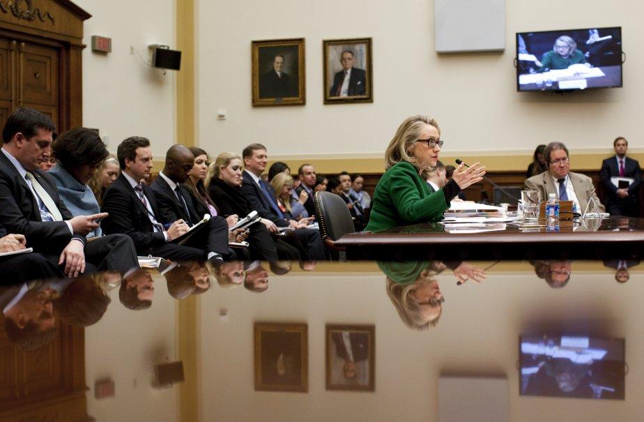 La secrétaire d'État Hillary Rodham Clinton prête serment devant le comité des Affaires étrangères. Dans son témoignage, mercredi, elle a déclaré qu'elle avait réagi rapidement pour améliorer la sécurité des diplomates américains après l'attaque mortelle de l'an dernier à Benghazi. | 24 janvier 2013