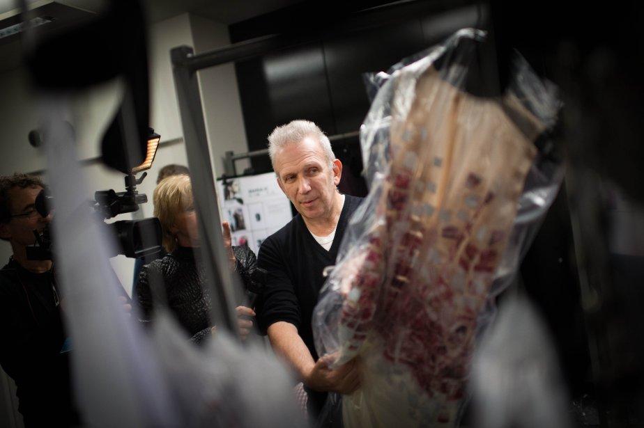 Le designer Jean Paul Gaultier jette un dernier coup d'œil à une robe avant de la présenter au défilé haute couture printemps-été 2013 à Paris. | 24 janvier 2013