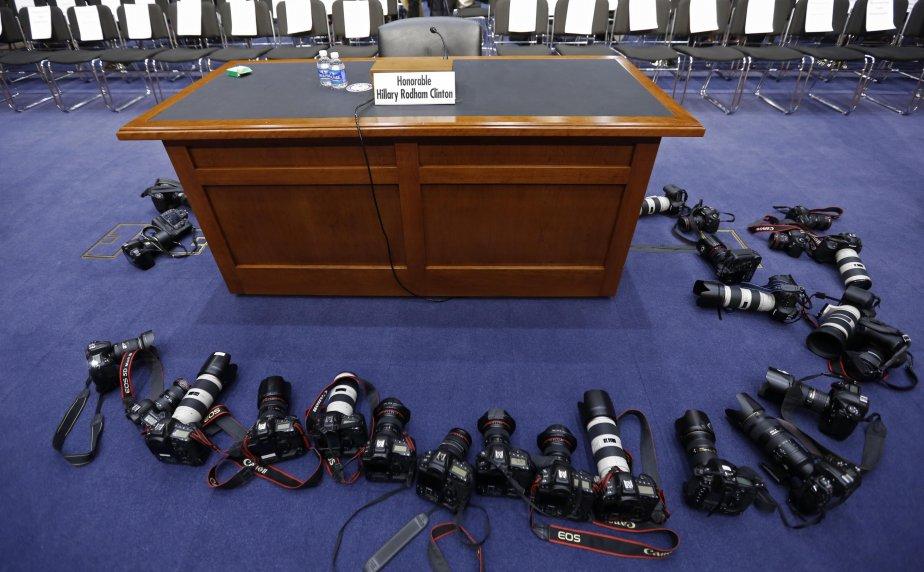 Les appareils des photographes attendent l'arrivée de la secrétaire d'État Hillary Clinton devant le comité sénatorial des relations étrangères. Elle a donné mercredi sa version des faits quant à l'attaque du consulat des États-Unis à Benghazi, en Libye, en septembre dernier. | 24 janvier 2013