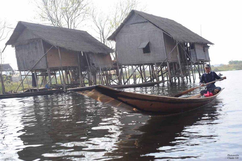 Quelques maisons sur pilotis. La poissonnerie est au sous-sol. Innlay Lake. (Claude Gill)