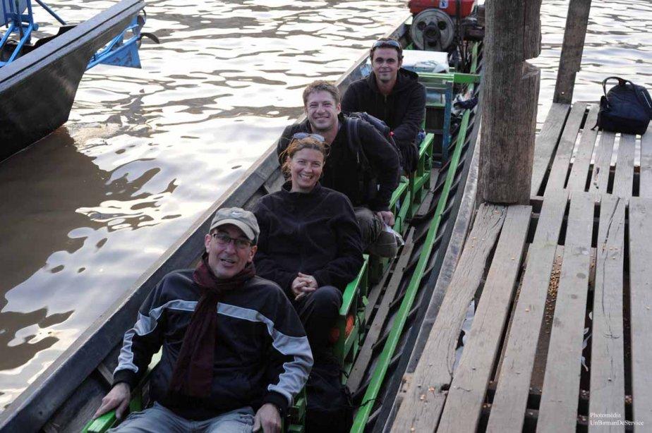 Moi et mes nouveux amis, Anne, David et Valentin.  Innlay Lake. (Photo: Claude Gill)