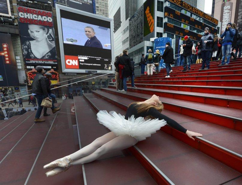 Une touriste déguisée en ballerine sur les marches de Times Square. | 24 janvier 2013