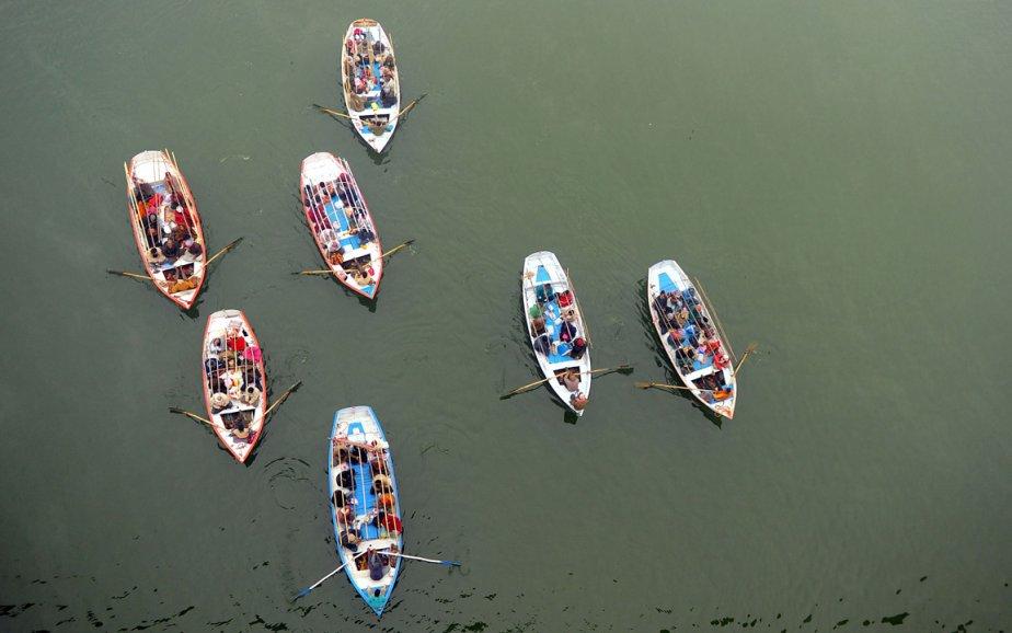 Des embarcations à la confluence du Ganges et du Yamuna à Allahabad en Inde. | 24 janvier 2013