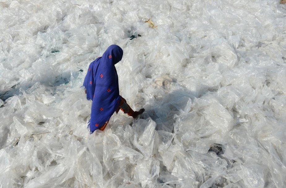 Une Pakistanaise dans un centre de recyclage de Lahore. | 24 janvier 2013