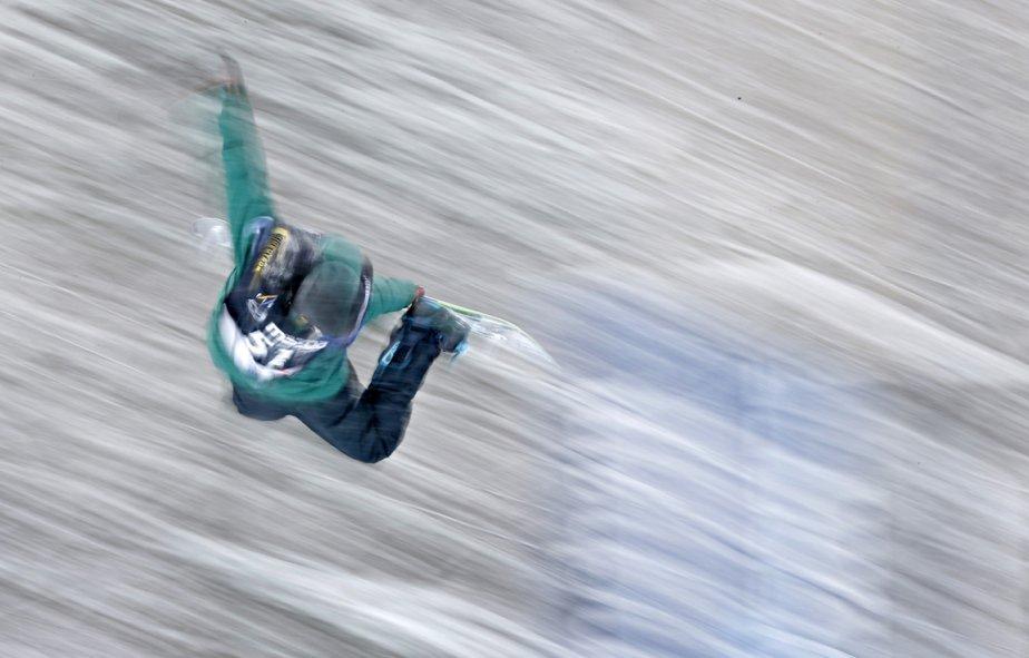 Le russe Dmitry Mindrul lors de l'épreuve de Demi-lune à la coupe du monde de planche à neige à Stoneham. | 24 janvier 2013