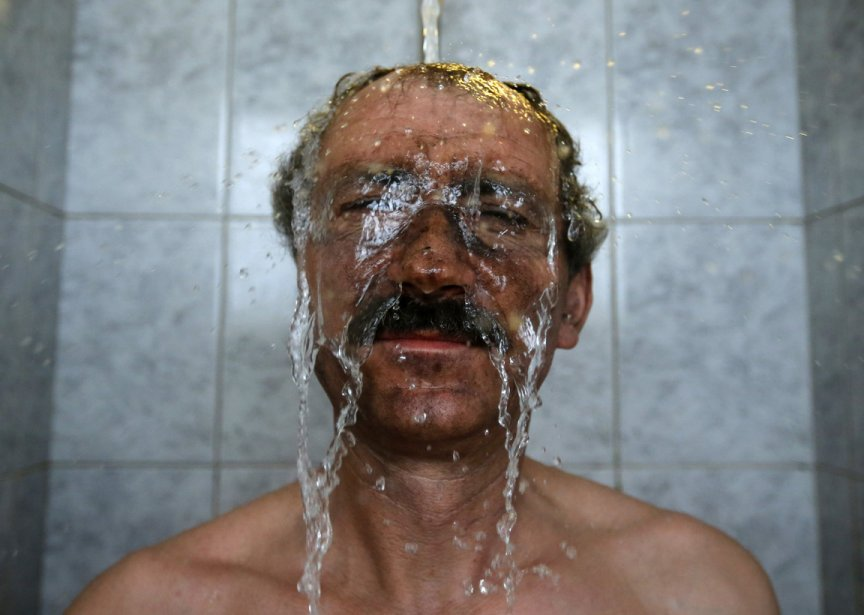 Heure de la douche pour ce mineur de charbon de Markushgy en Hongrie. | 24 janvier 2013