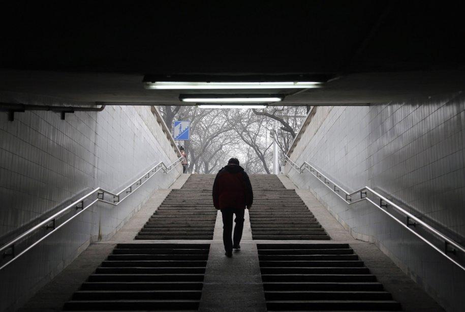Un homme dort d'un passage souterrain à Beijing | 24 janvier 2013