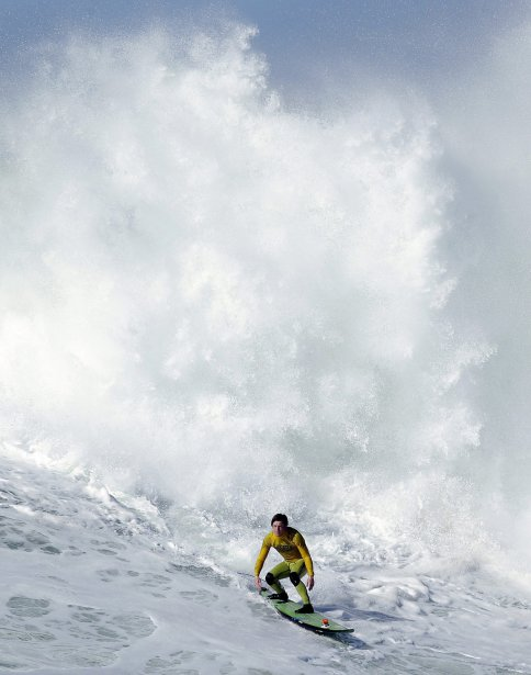Le surfeur Colin Dwyer lors de la complétion de Half Moon Bay en Californie. | 24 janvier 2013