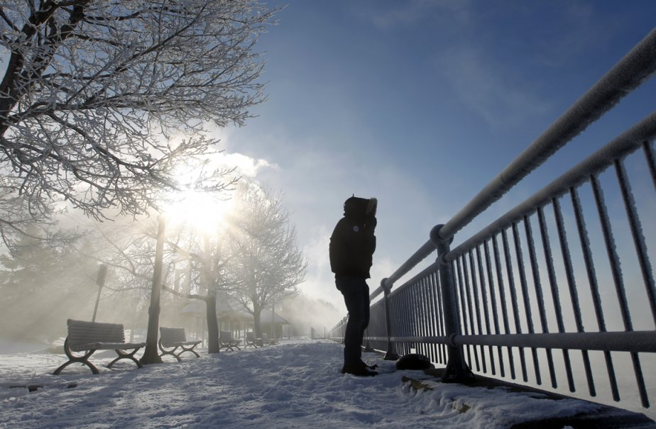 Le 23 janvier était journée la plus froide à Montréal à ce jour cet hiver avec moins 26 degrés, et une température ressentie avec le vent de moins 36 degrés. La condensation du fleuve donne une ambiance spectaculaire aux abords de l'ile Notre-Dame face au centre-ville. | 24 janvier 2013