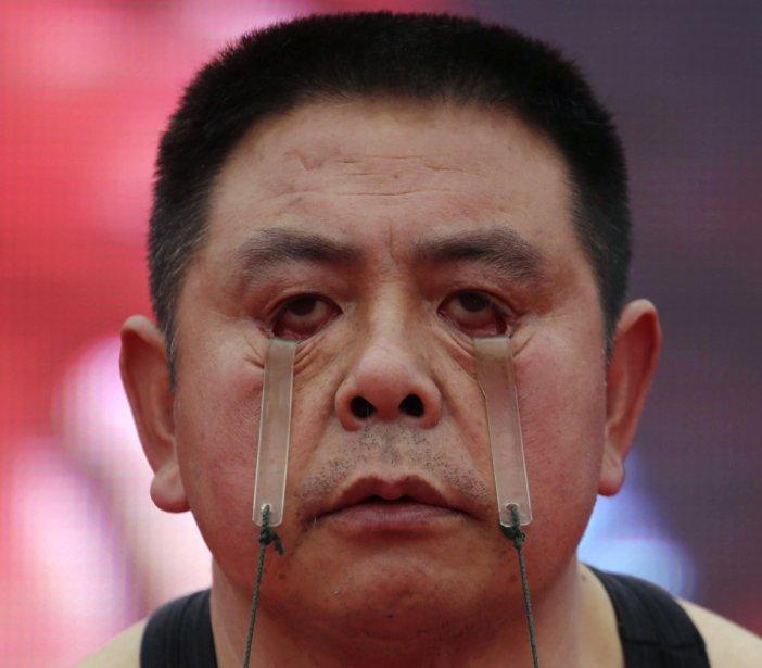 Wang Xianxiang un fermier chinois qui peut transporter deux sceaux avec ses paupières. | 24 janvier 2013