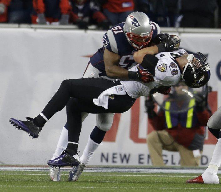 L'ailier rapproché des Ravens de Baltimore Dennis Pita encaisse un solide plaqué de la part de Jerod Mayo des Patriots de la Nouvelle-Angleterre | 24 janvier 2013