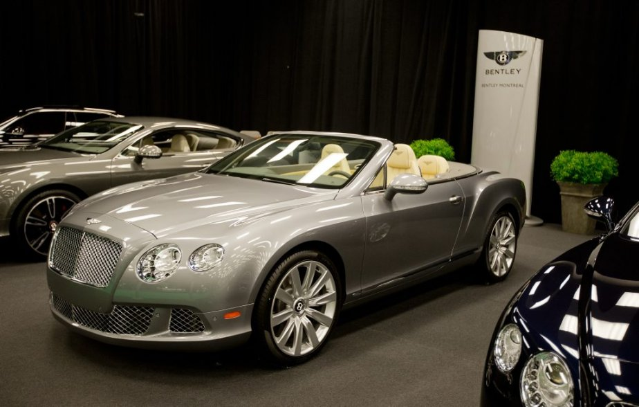 Bentley Continental GT décapotable : Le luxe à l'état pur, une puissance délivrée par un V8 ou un W12, le modèle Continental GT, décapotable en plus s'il vous plaît. Mais elle est malheureusement mal mise en valeur elle aussi. Elle est au niveau 5, au fond, côté place Jean-Paul-Riopelle. | 24 janvier 2013