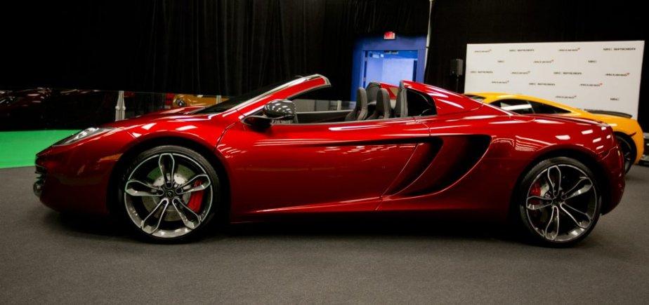McLaren MP4-12C : La sportive a enlevé le haut, elle qui avait déjà une silhouette particulière et affichait des performances étonnantes et détonnantes. L'unique concessionnaire du pays, établi à Toronto, a amené les deux versions à Montréal. Bien cachées elles aussi au niveau 5. | 24 janvier 2013