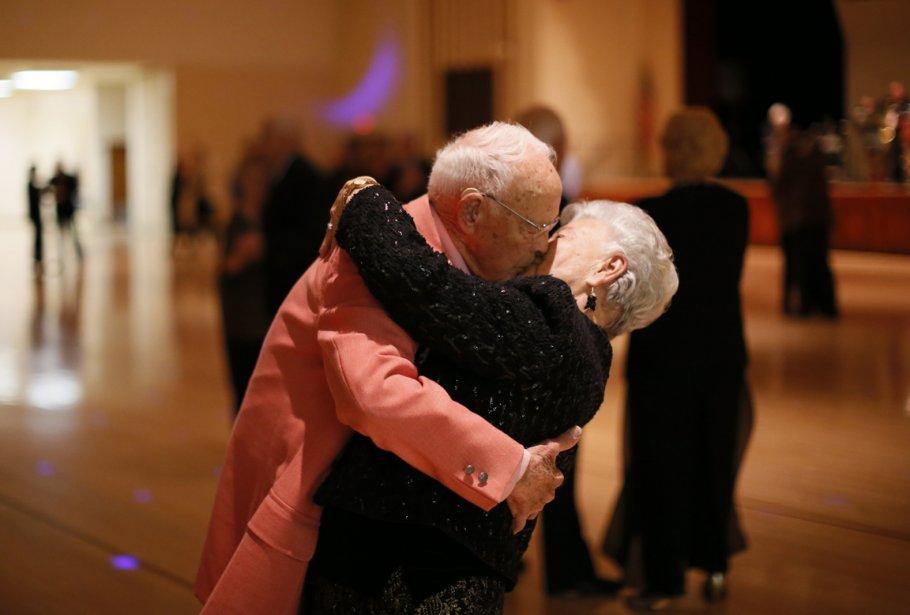 Donald Smitherman, 98 ans, embrasse sa femme Marlen alors que le couple danse un «slow». | 24 janvier 2013
