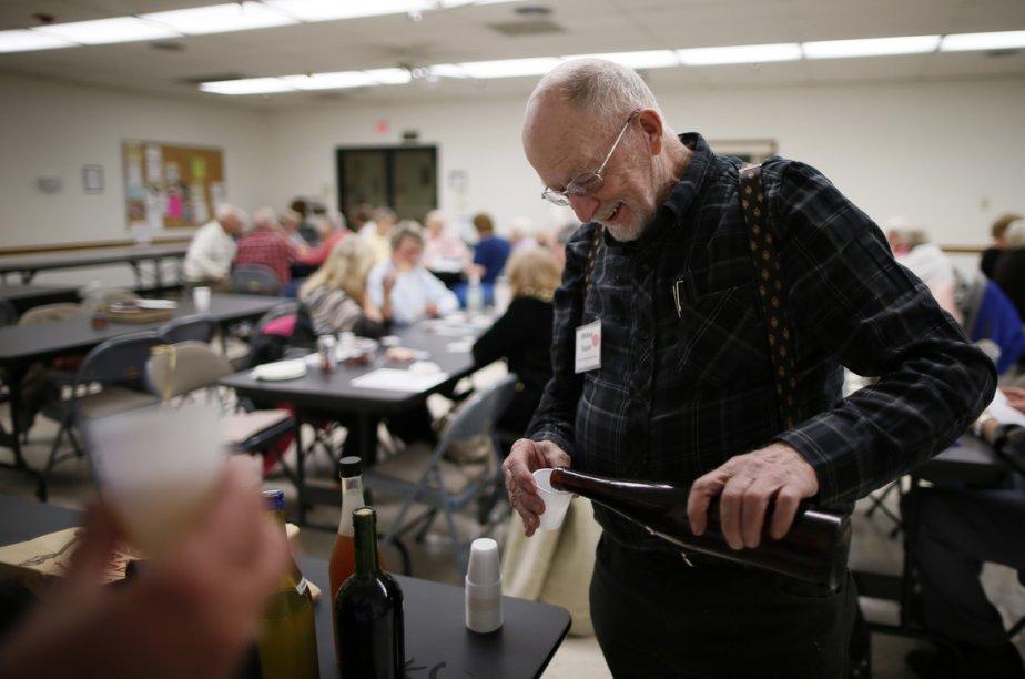 Whitey Sauer, 84 ans, lors d'une dégustation de vins. | 24 janvier 2013