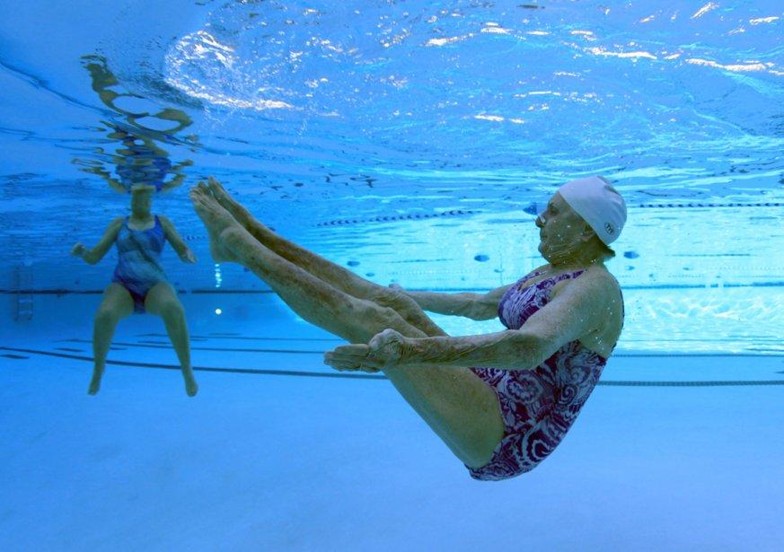 Barbara Miller, 77 ans (à droite) et  Inge Natoli, 90 ans, pratiquent la nage synchronisée. | 24 janvier 2013