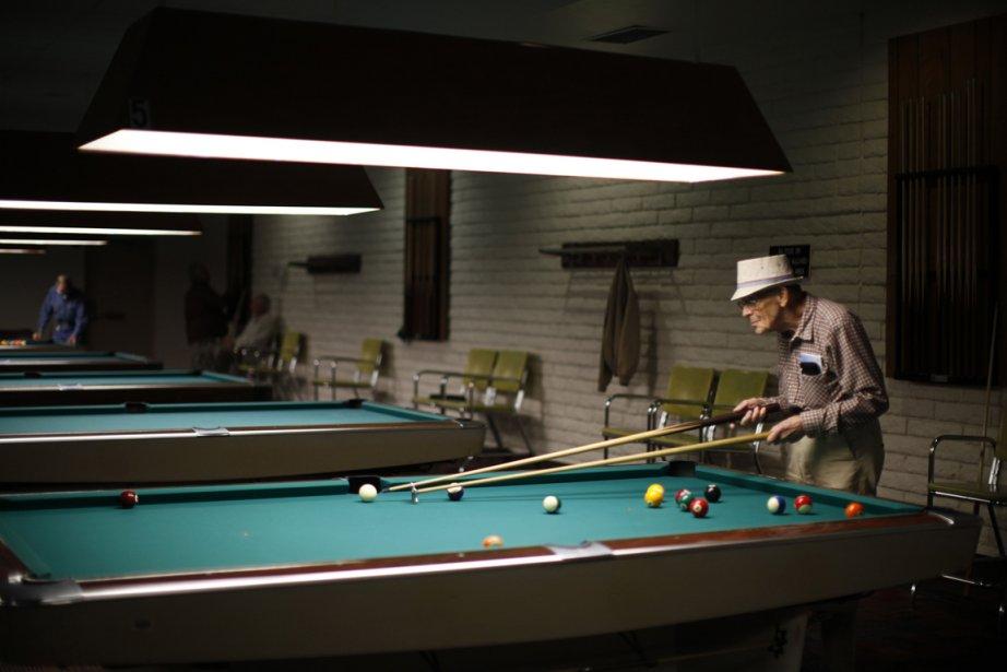 Curtis Hay, 82 ans, un retraité de chez Boeing, joue au billard. | 24 janvier 2013