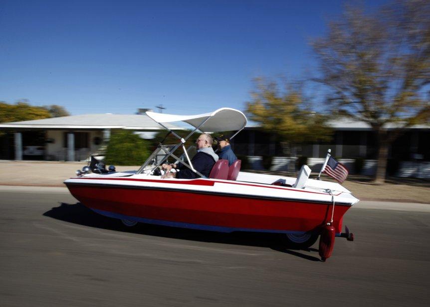 Jimmy Trollen se balade dans son bateau modifié en voiture. | 24 janvier 2013