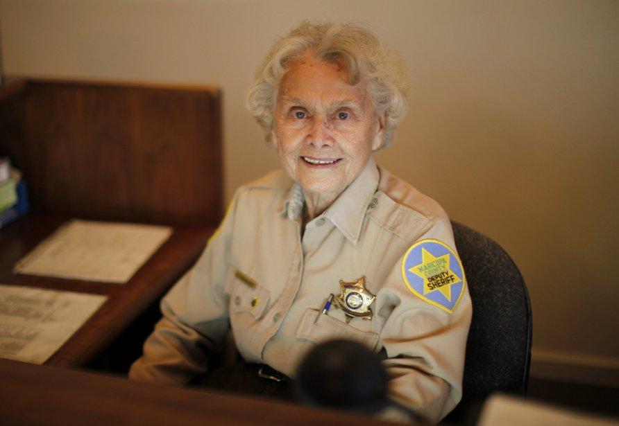 Élisabeth Neubauer, 90 ans, occupe le poste de réceptionniste du bureau du shérif de Sun City. | 24 janvier 2013