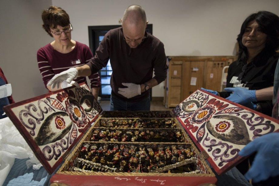 Les techniciens déballent et vérifient le bon état d'une oeuvre. | 24 janvier 2013