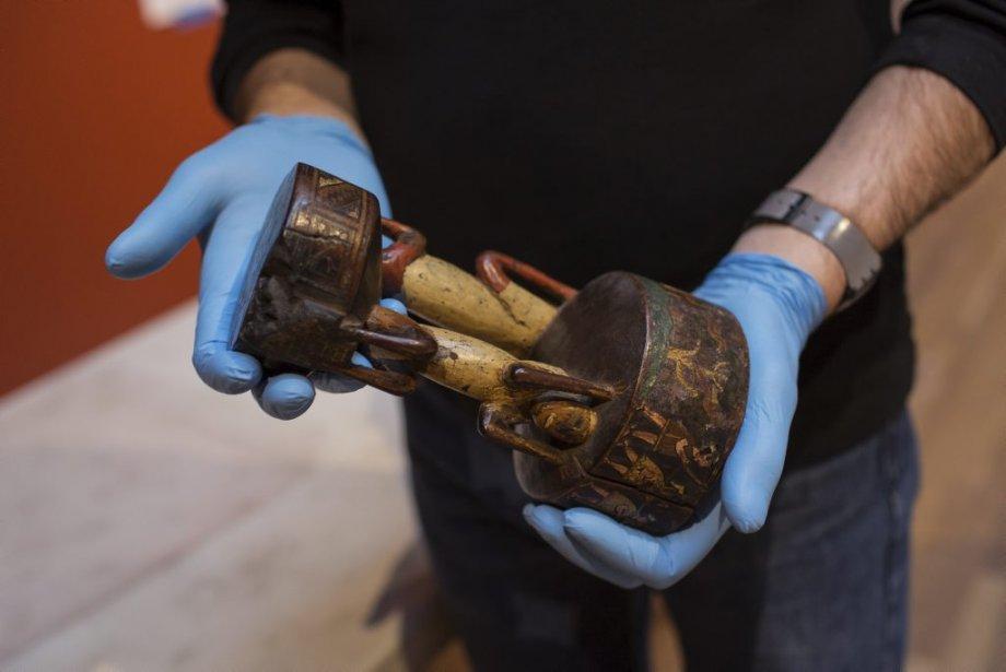 Marcel Marcotte, technicien aux installations, manipule un gobelet cérémoniel en bois peint, datant du 18e siècle, représentant la victoire des Incas sur les Chanca. | 24 janvier 2013