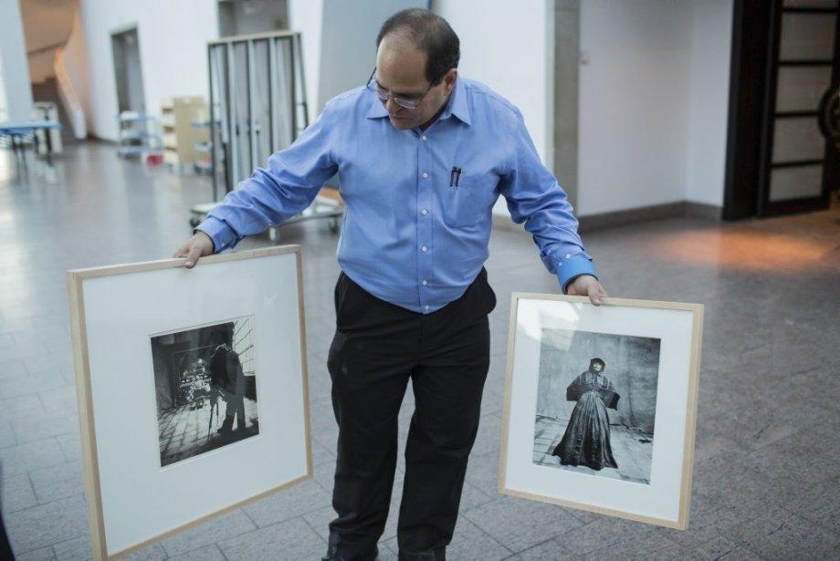 Victor Pimentel, commissaire de l'exposition et conservateur de l'art pré-colombien du musée, regarde deux photos du célèbre photographe de mode Irving Penn. (Photo: Édouard Plante-Fréchette, La Presse)