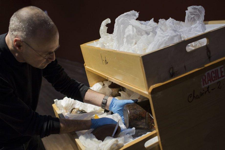Marcel Marcotte, technicien aux installations, manipule un gobelet cérémoniel en bois peint, en forme de tête de félin de la civilisation inca datant du 18e siècle. | 24 janvier 2013