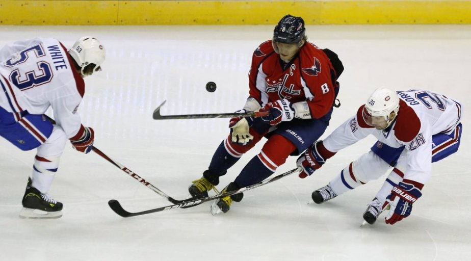 Ryan White (53) et Josh Gorges (26) collaborent pour contrer Alex Ovechkin. (PHOTO KEVIN LAMARQUE, REUTERS)