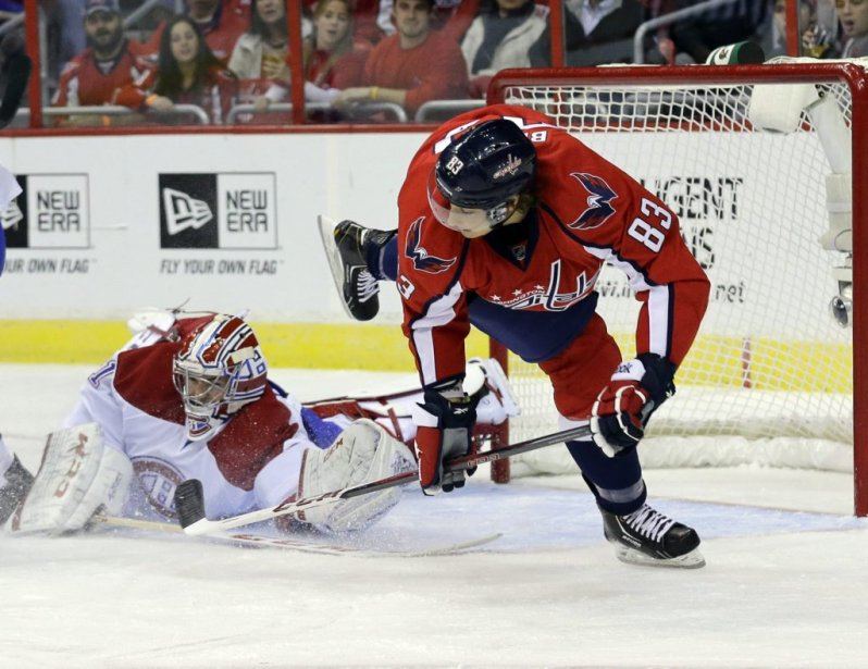Carey Price s'étend de tout son long pour bloquer le lancer de Jay Beagle (83). (PHOTO ALEX BRANDON, AP)