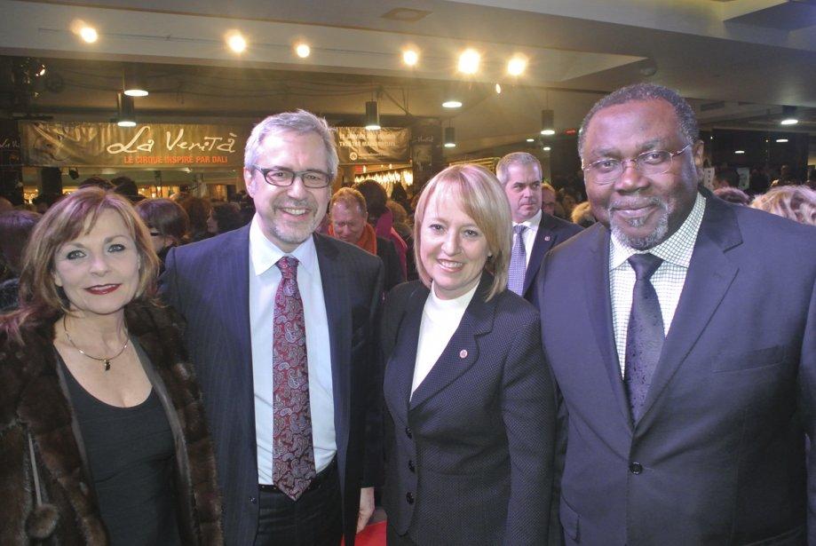 Le ministre de la Culture, Maka Kotto, et sa conjointe, la mairesse de Longueuil, Caroline St-Hilaire, posent ici aux côtés du président-directeur général de la Place des Arts, Marc Blondeau. | 25 janvier 2013