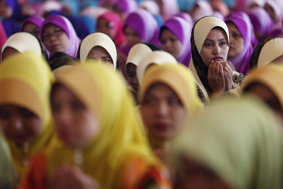 Prière musulmane pendant le Maulidur Rasul à Putrajaya, en Malaisie.... | 2013-01-25 00:00:00.000