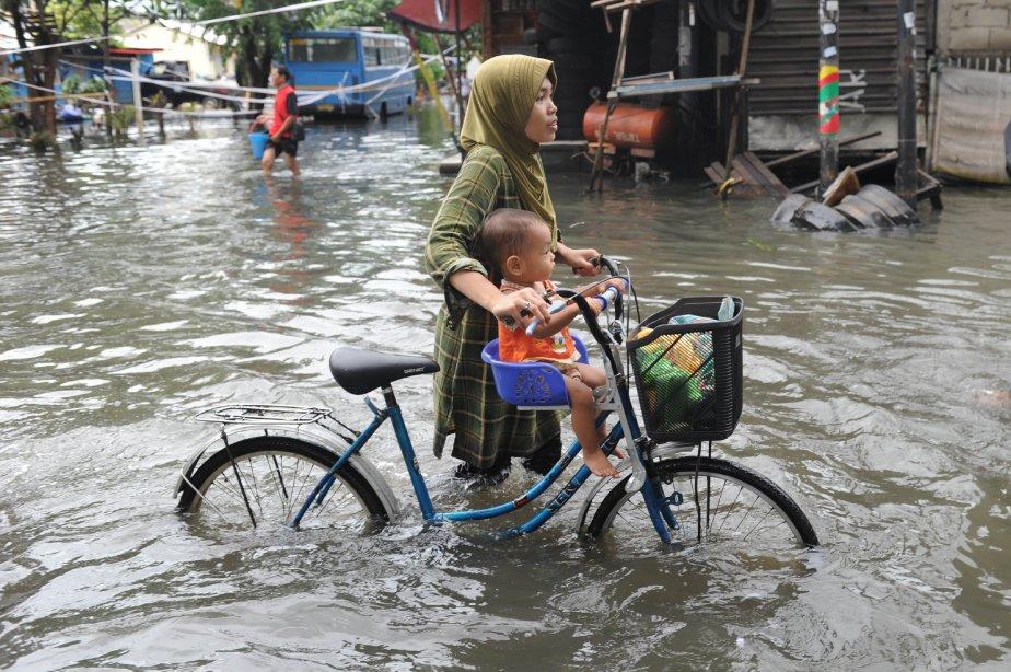 Des résidants de Jakarta se rendent aux centres de secours à cause des inondations. | 25 janvier 2013