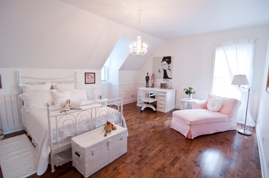 Un décoration toute féminine pour cette chambre avec vue sur le mont Saint-Hilaire. | 25 janvier 2013