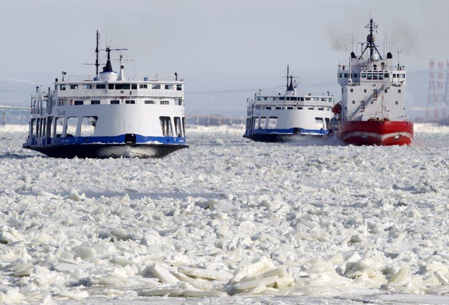 Les deux traversiers qui font la navette entre Québec et Lévis ont été prisonniers des glaces vendredi matin. (25 janvier) | 25 janvier 2013