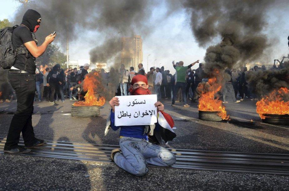 Des accrochages sporadiques entre groupes de jeunes et... (PHOTO MOHAMED ABD EL GHANY, REUTERS)