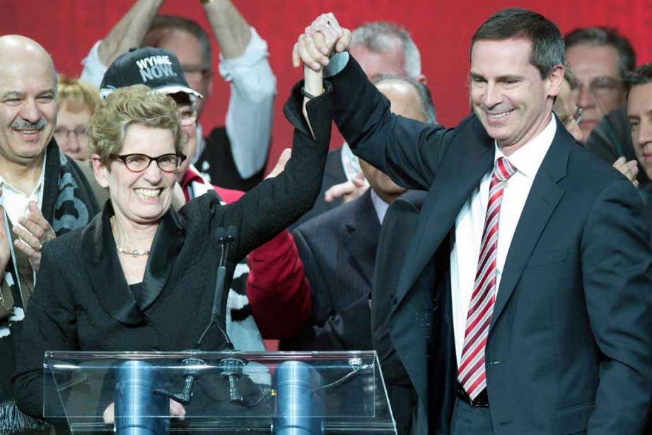 L'Ontario a pour la première fois une femme comme première ministre. Kathleen Wynne (à gauche) a été élue chef du Parti libéral de l'Ontario, succédant à Dalton McGuinty (à droite), qui a remis sa démission en octobre dernier. | 26 janvier 2013