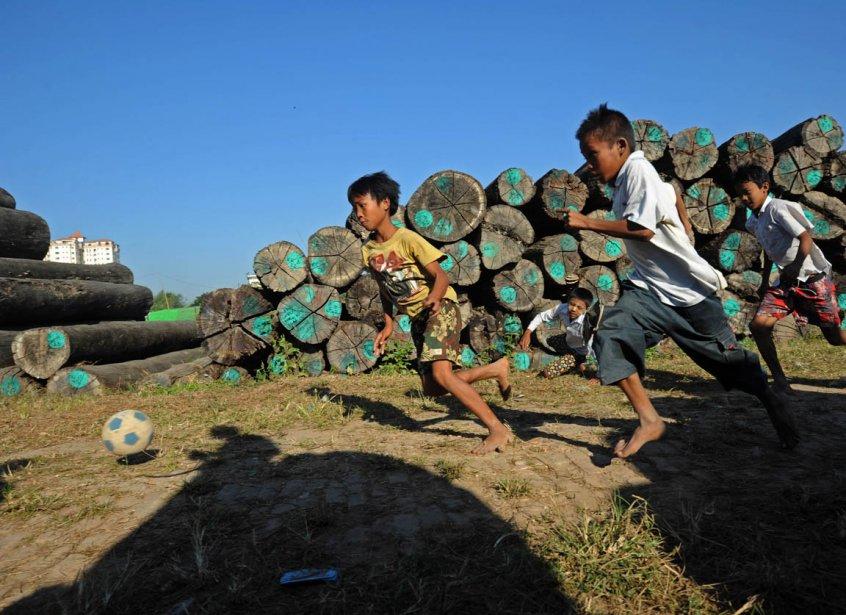 Partie de soccer dans une cour à bois de Yangon | 28 janvier 2013