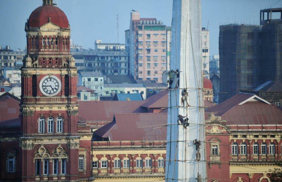 Rénovation d'un monument à Yangon. | 28 janvier 2013