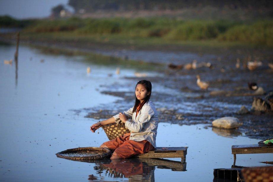 Une jeune fille fait de la lessive près de Mandalay | 28 janvier 2013