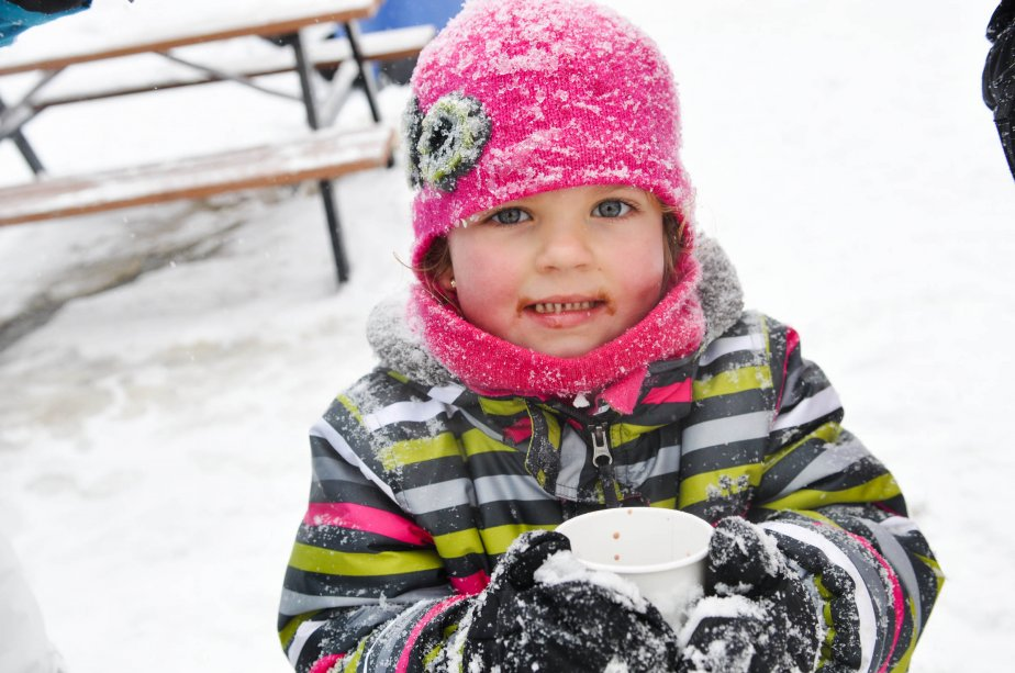 La petite Lidia Simard savoure son chocolat chaud. | 28 janvier 2013