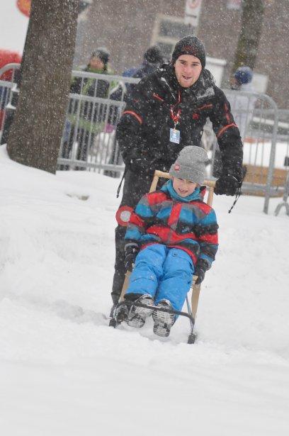 Un petit tour de piste pour Félix-Antoine Lemire qui était poussé par le bénévole Louis-Pierre Ricard. | 28 janvier 2013